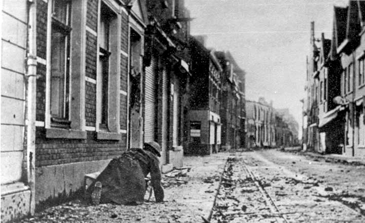 Een Engelse militair sluipt door de Pontanusstraat in Blerick, 3 december 1944